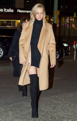 a-celebrity-guide-to-wearing-thigh-high-boots-1589970-1449700324.640x0c.jpg